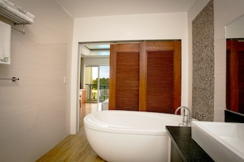 GABI RESORT & SPA Deep Soaking Bathtub