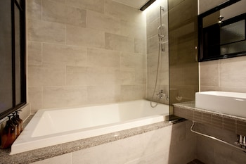 Hotel Londoner - Deep Soaking Bathtub  - #0