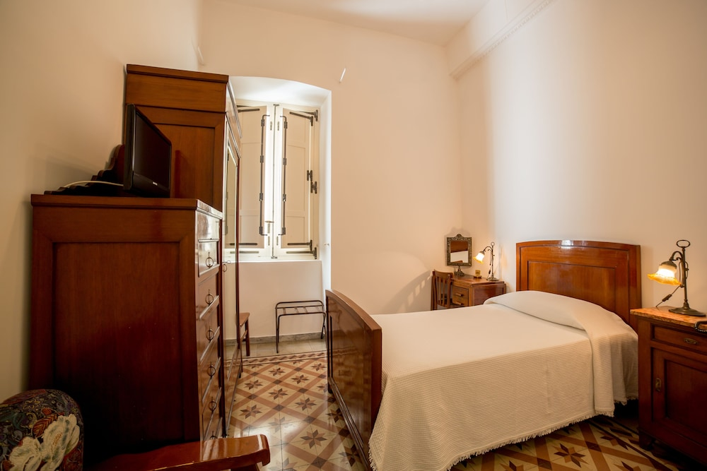 Room : Standard Room, 1 Large Twin Bed, Private Bathroom 10 of 50