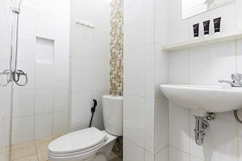 RedDoorz @ Kemanggisan - Bathroom  - #0