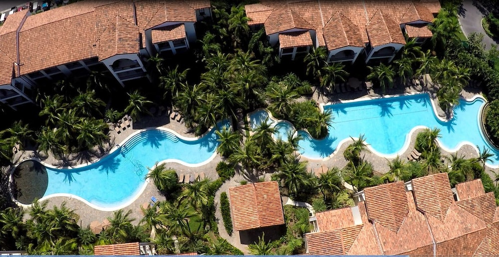 https://i.travelapi.com/hotels/16000000/16000000/15992600/15992557/94bf1323_z.jpg