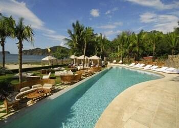 https://i.travelapi.com/hotels/16000000/16000000/15992600/15992557/cee08a35_b.jpg