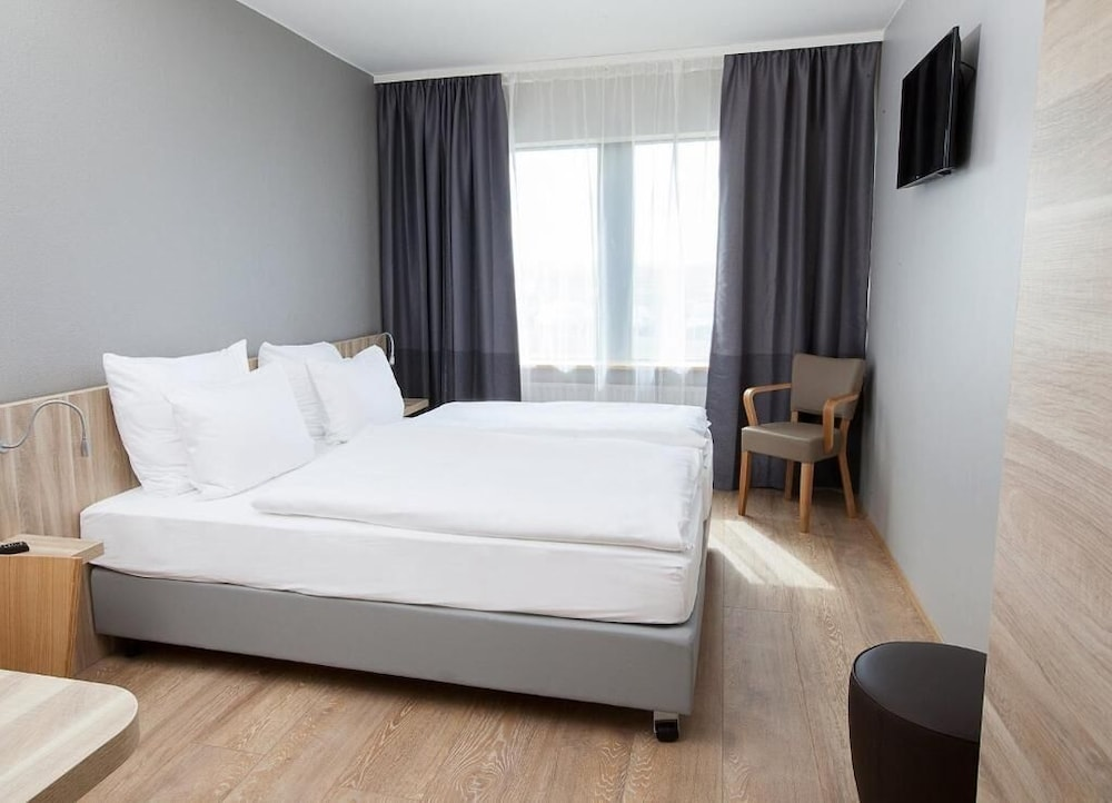 https://i.travelapi.com/hotels/17000000/16010000/16004000/16003920/6dd9ccd7_z.jpg