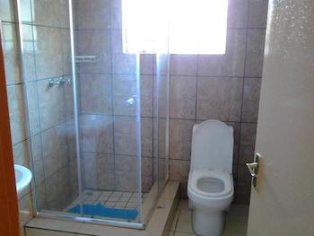 Pacific Conqueror Self Catering Units - Bathroom Shower  - #0
