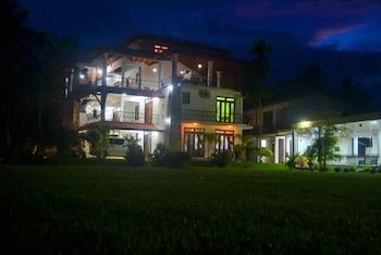 Cinnamon Lake Inn - Hotel Front - Evening/Night  - #0