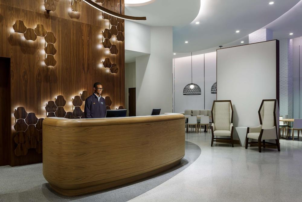 https://i.travelapi.com/hotels/17000000/16080000/16070700/16070647/1c64917b_z.jpg