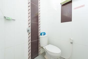 Airy Tatura Emmy Saelan 33 Palu - Bathroom  - #0