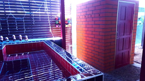 Super Hostel, Pak Kret