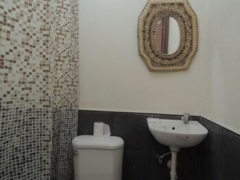 KAWAYAN MARINE VILLAGE BEACH RESORT Bathroom