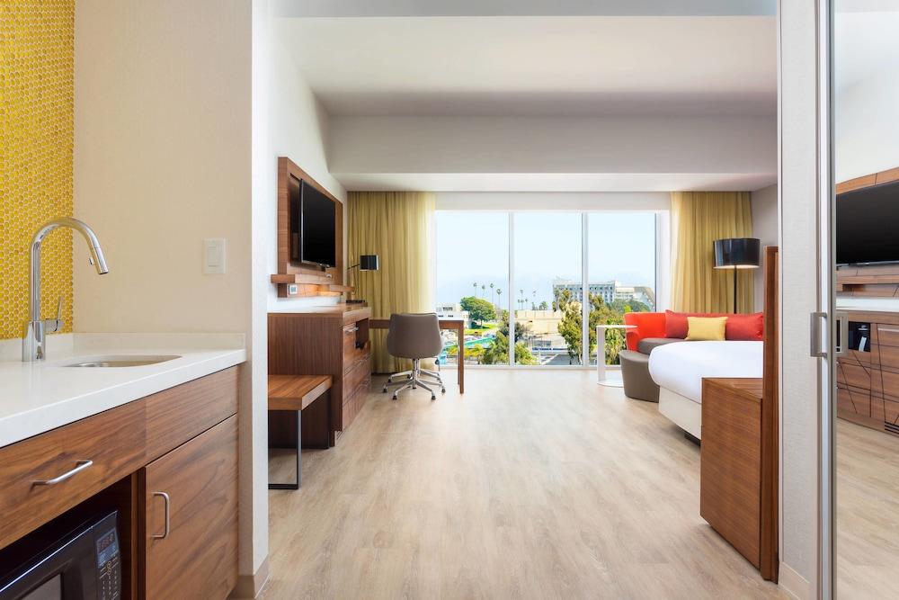https://i.travelapi.com/hotels/17000000/16130000/16121100/16121005/c9c1e8e8_z.jpg