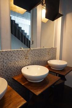 Rest Up Hiptell & Cafe by SBiz - Hostel - Bathroom Sink  - #0