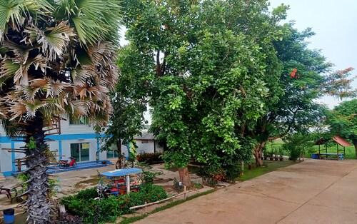 . Wangnamkam Riverside Resort