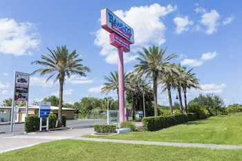 Hotel Entrance at Flamingo Express Hotel in Kissimmee