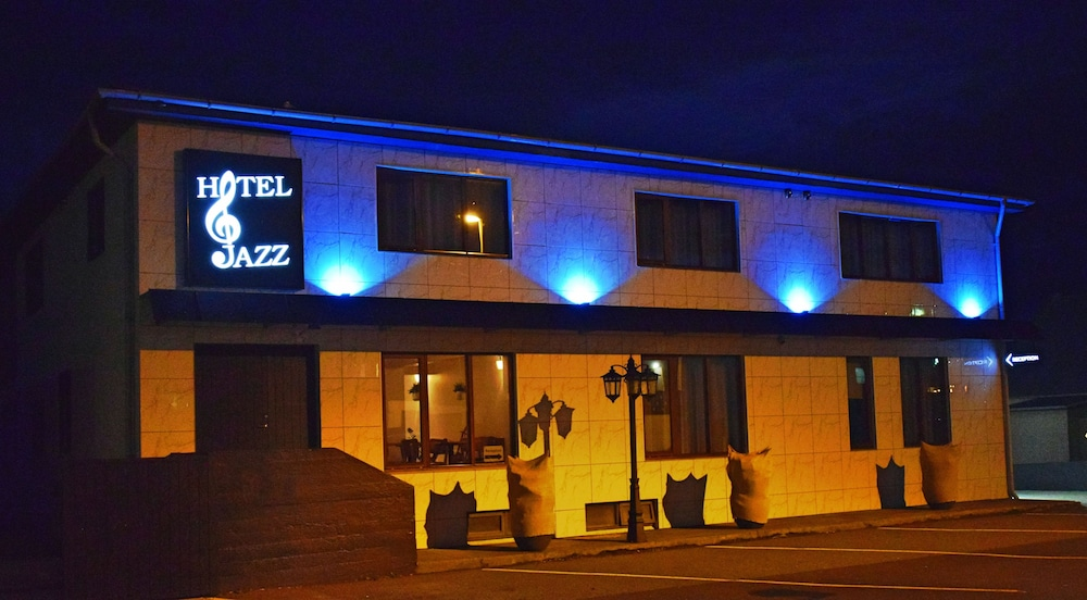 https://i.travelapi.com/hotels/17000000/16150000/16149600/16149556/f47edd9a_z.jpg