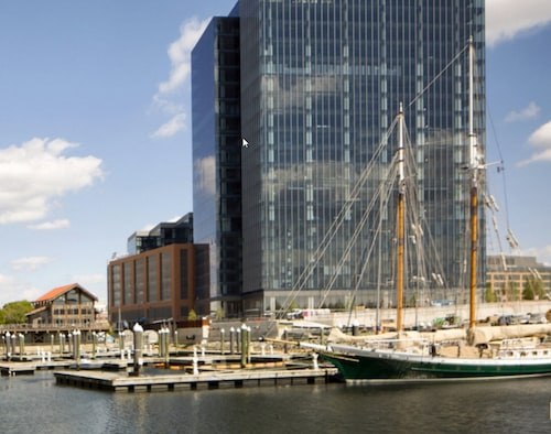 Global Luxury Suites at Harbor Point, Baltimore