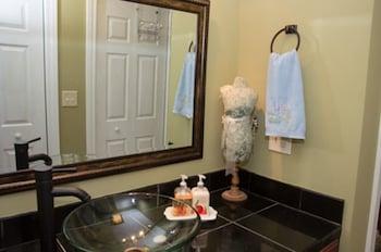 Windsong Retreat Bed & Breakfast - Bathroom  - #0
