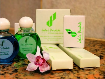 Johns Pardede International Hotel - Bathroom Amenities  - #0