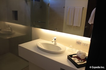 Segara Suites Subic Bathroom