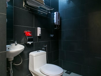 OYO 202 Smile Hotel Danau Kota - Bathroom  - #0