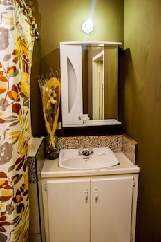 Port of Spain Sunny Guest Apartment - Bathroom  - #0