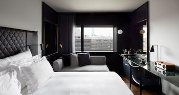 Hotel - At Six
