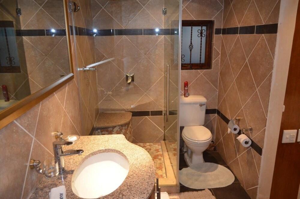 https://i.travelapi.com/hotels/17000000/16340000/16339700/16339668/d2e469dc_z.jpg
