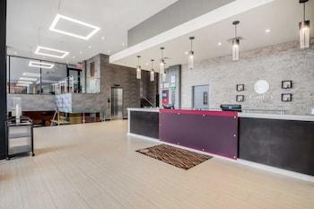 Lobby at Comfort Inn & Suites near Stadium in Bronx