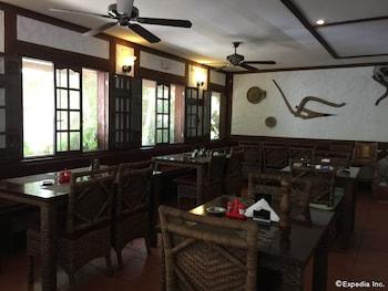 TIPTOP HOTEL RESTO AND DELISHOP Dining