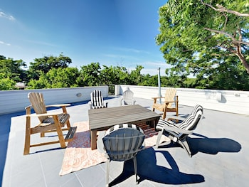 3BR 2BA Rooftop Deck East Downtown by RedAwning