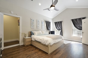 3BR 2BA Downtown Austin House with Pool Walk to Zilker Sleep 10 by Red