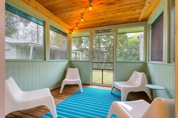 2BR Newly Remodeled Stylish Rosedale House by RedAwning
