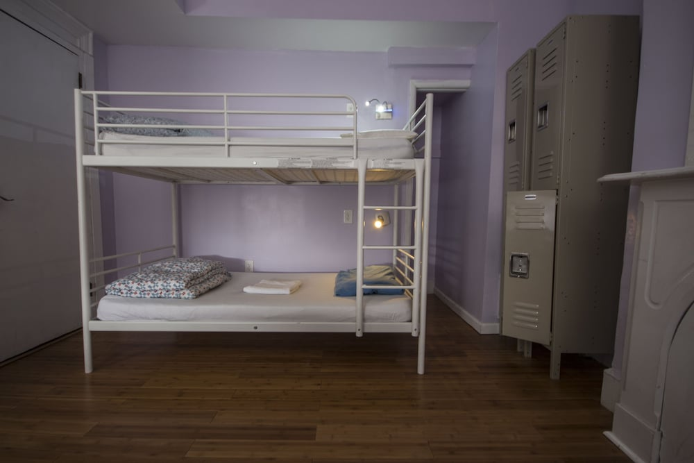 One Bed in 6-bed Mixed Dormitory - Private Bathroom