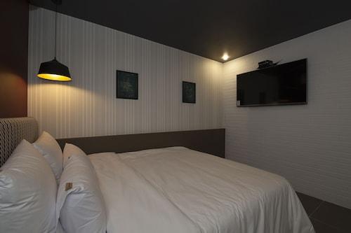 Hotel Gray, Dong