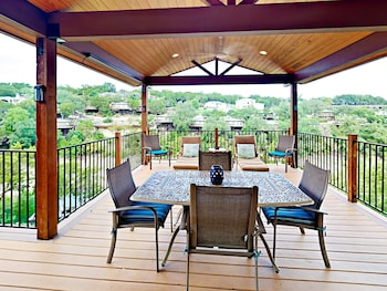 4BR Lakeway Waterfront by RedAwning