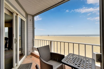 W Ocean Front 68263 by RedAwning