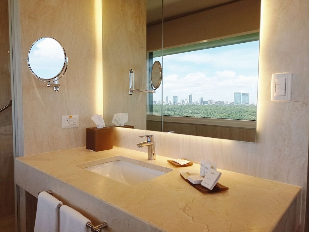 https://i.travelapi.com/hotels/17000000/16450000/16447300/16447274/01b1136f_z.jpg