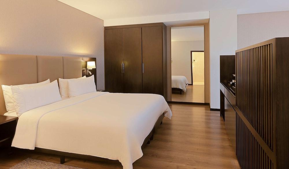 https://i.travelapi.com/hotels/17000000/16450000/16447300/16447274/1274f837_z.jpg