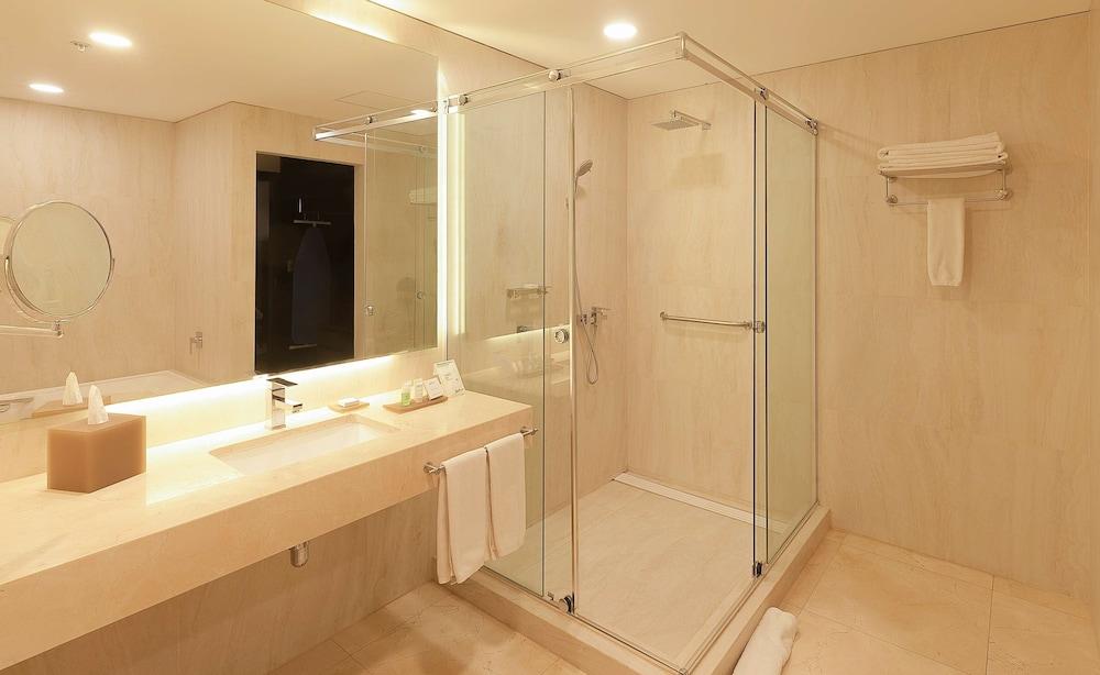 https://i.travelapi.com/hotels/17000000/16450000/16447300/16447274/557c83ff_z.jpg