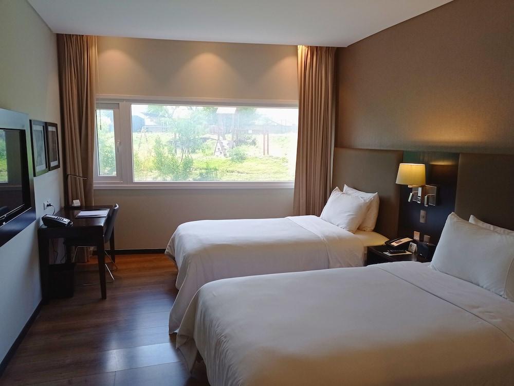 https://i.travelapi.com/hotels/17000000/16450000/16447300/16447274/cea6eacc_z.jpg