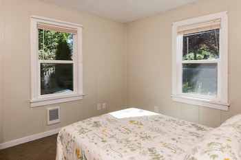 2BR Bay View Bungalow in Poulsbo by RedAwning