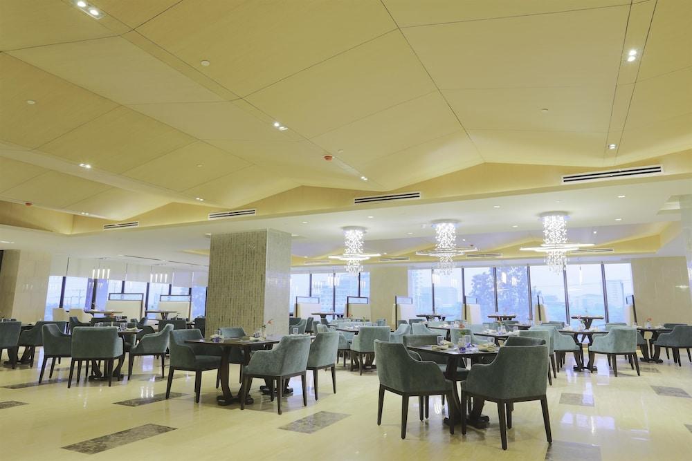 https://i.travelapi.com/hotels/17000000/16460000/16458200/16458106/9c20a544_z.jpg