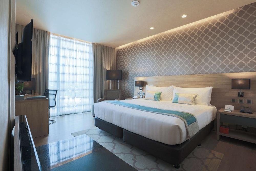 https://i.travelapi.com/hotels/17000000/16460000/16458200/16458106/a428fbd5_z.jpg