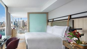 Luxury Room, 1 King Bed, Harbor View, Corner (Darling Harbour View)
