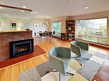 3BR Mountain View House in Seattle by RedAwning