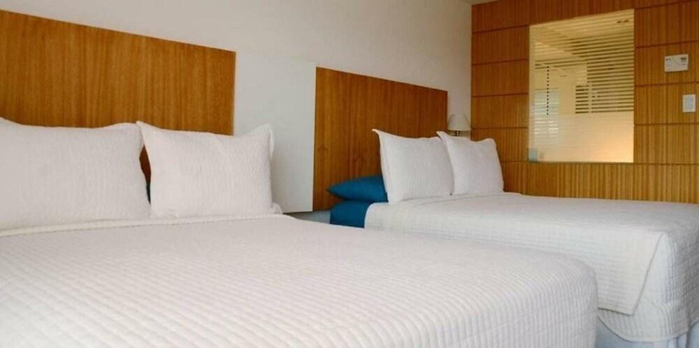 https://i.travelapi.com/hotels/17000000/16520000/16511600/16511549/b42e9fd7_z.jpg