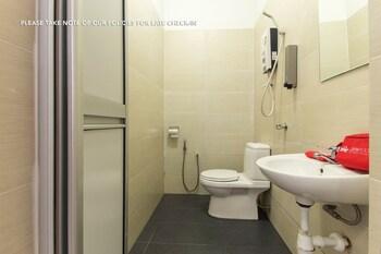 ZEN Rooms Sahabat Guesthouse - Bathroom  - #0
