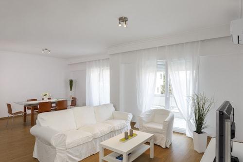 . Chris Luxury Apartments