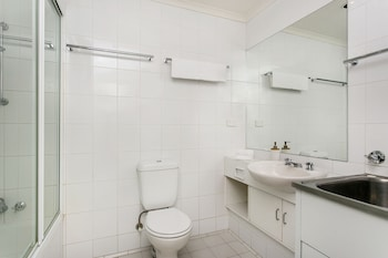 7 James Cook Apartments - Bathroom  - #0