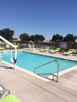 Holiday Inn Express Visalia - Outdoor Pool  - #0