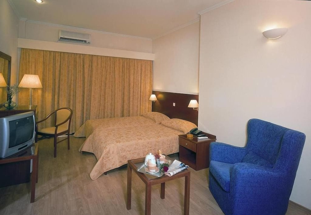 https://i.travelapi.com/hotels/17000000/16720000/16719800/16719775/42f1c7fe_z.jpg